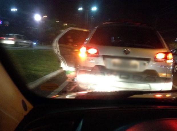 Mulher parou o carro na BR-101, em Natal, para fazer xixi  (Foto: Camilla Costa de Sousa Machado)