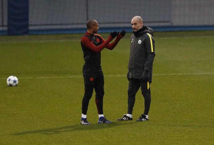 Fernandinho conversa com Guardiola no teino do Manchester City (Foto: Reuters / Lee Smith )