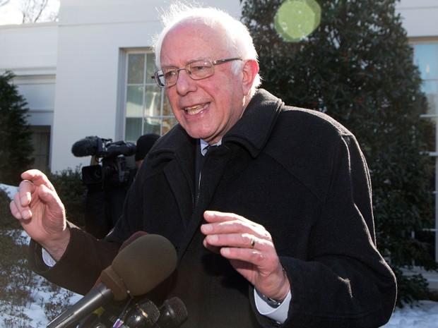 O pré-candidato democrata Bernie Sanders fala com jornalistas após se encontrar com o presidente Barack Obama na Casa Branca, na quarta (27) (Foto: AP Photo/Manuel Balce Ceneta)