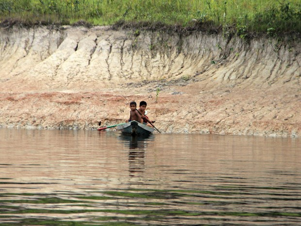Água está abaixo de margem comum (Foto: Suelen Gonçalves/G1 AM)