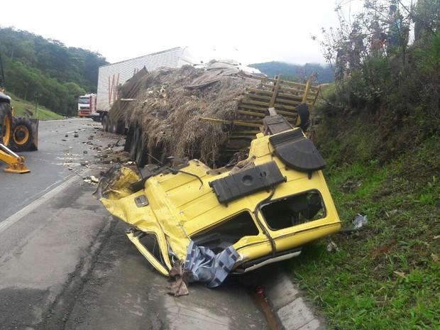 Engavetamento envolveu três caminhões no quilômetro 674, da BR-376, em Tijucas do Sul; houve derramamento de querosene na pista (Foto: PRF/ Divulgação)