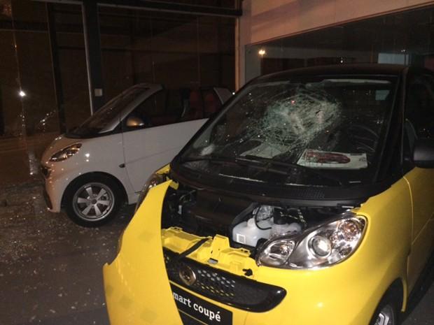 Carros foram depredados em protesto nesta quinta-feira (19), em São Paulo (Foto: Amanda Previdelli/G1)