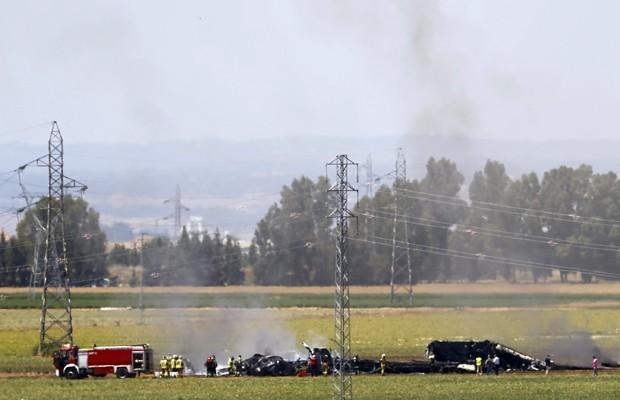 Restos do avião que caiu são vistos na região do aeroporto de sevilha, neste sábado (9) (Foto: Marcelo del Pozo/Reuters)