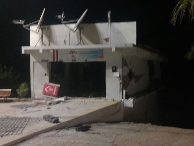 Banco ficou destruído depois de ataque a caixa eletrônico (Foto: Blog Jair Sampaio)