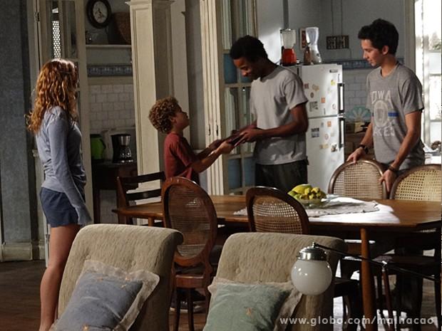 Pedro dá um álbum de família para Frédéric na frente da família (Foto: Malhação / TV Globo)