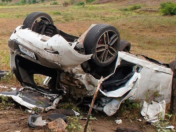 Acidente deixa três pessoas e cachorro morto em Itapetinga, na Bahia (Foto: Site Itapetinga Repórter)