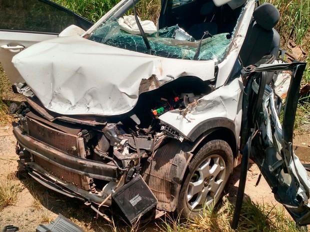 Carro que colidiu com caminhão no sul da Bahia (Foto: Divulgação/ Sul Bahia News)
