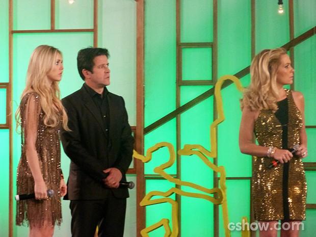 Jonas, Pamela e Megan olham mensagem de Gláucia assustados  (Foto: Geração Brasil / TV Globo)