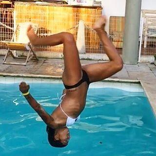 Macérrima, Petra Mattar exibe costela ao dar cambalhota em piscina