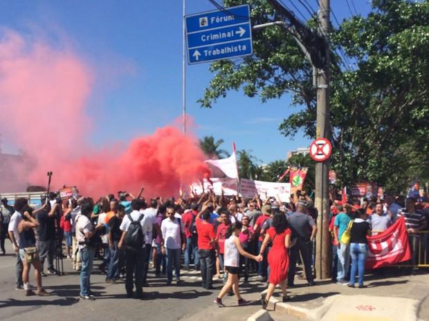 Manifestantes usam sinalizadores durante protestos em frente ao Fórum da Barra Funda (Foto: Marcio Pinho/G1)