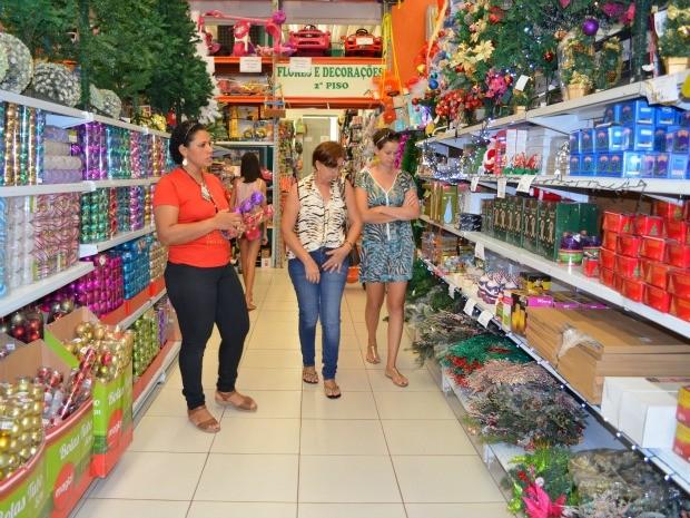 Muitos consumidores estão aproveitando as liquidações de produtos natalinos em Cacoal. (Foto: Magda Oliveira/G1)