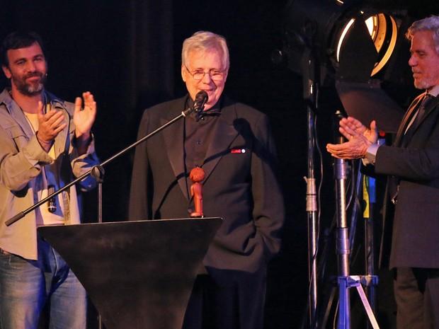 Roberto Farias, o homenageado da noite, recebeu o prêmio das mãos do irmão, Reginaldo e do sobrinho, Marcelo, que foi um dos apresentadores da noite (Foto: José Raphael Berrêdo / G1)