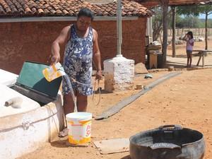 A água utilizada para os trabalhos doméstico vem da cisterna (Foto: Taisa Alencar / G1)