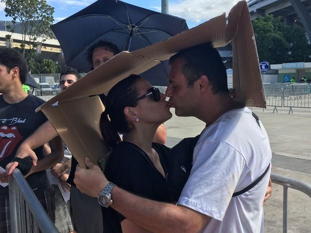 Para se proteger do sol à espera do show dos Rolling Stones, casal usou caixa de papelão (Foto: Fernanda Rouvenat / G1)