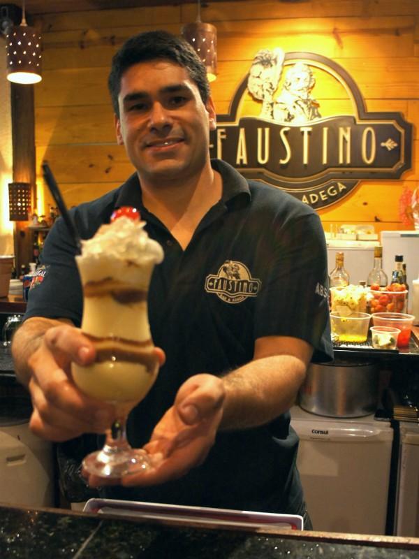 René apresenta o drink Faustino (Foto: Flavio Flarys / G1)