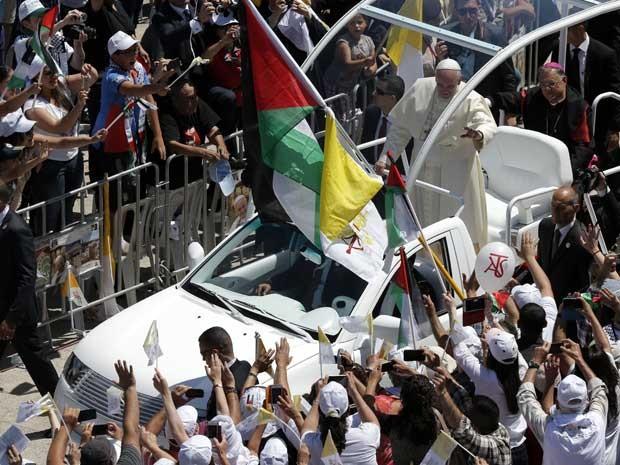 Francisco anda de papamóvel aberto em Belém. (Foto: Jack Guez / AFP Photo)