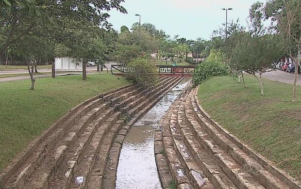 Ele sofreu processo de canalização e onde deveria somente ter água, existe esgoto  (Foto: Acre TV)