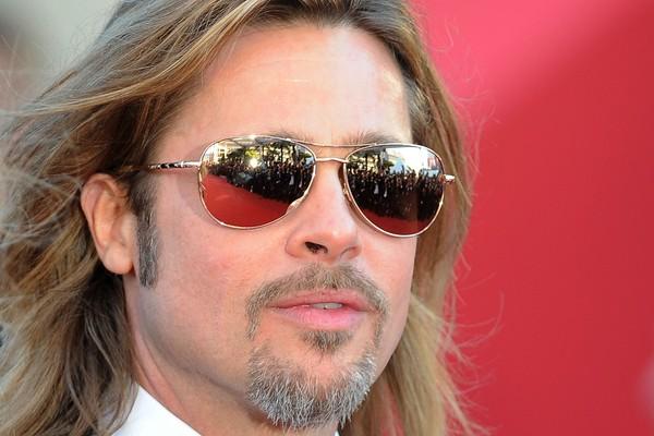 O maridão de Angelina Jolie adora usar a barba - às vezes em uns estilos meio inusitados, inclusive. De qualquer forma, ele continua sendo um dos mais bonitões de Hollywood! (Foto: Getty Images)