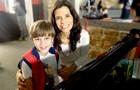 Vitor Figueiredo e Helena Ranaldi se divertem com piano (Foto: Em Família / TV Globo)