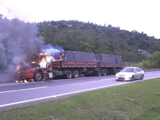 Caminhão pega fogo na rodovia Dom Pedro em Nazaré Paulista, SP (Foto: Edgar Rocha/ TV Vanguarda)