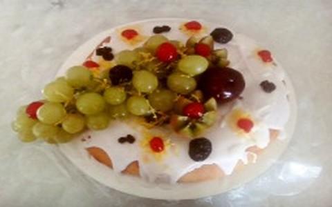 Rosca natalina com frutas frescas e fondant
