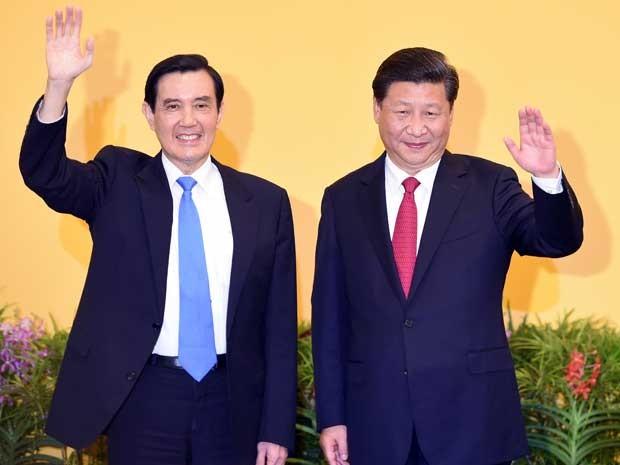 O presidente chinês, Xi Jinping (à direita), e o presidente de Taiwan, Ma Ying-jeou, se encontram em Cingapura (Foto: Roslan Rahman / AFP Photo)