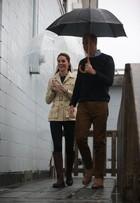 Look do dia: Kate Middleton usa botas, jeans e casaco em dia de chuva