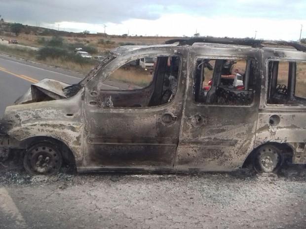 Ambulância pegou fogo após acidente na BR-232 em Pesqueira (Foto: Divulgação/PRF)