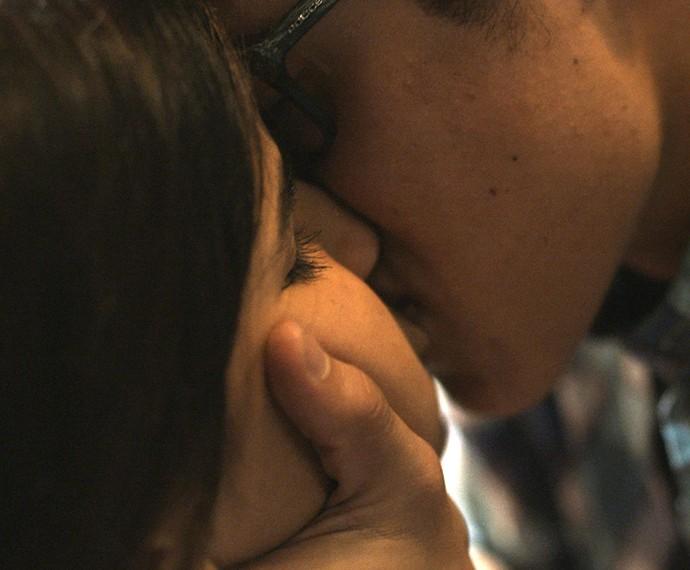 Filipe dá beijaço em Lívia <3 (Foto: TV Globo)