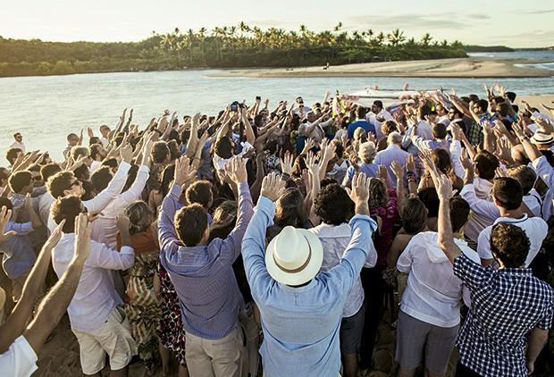 No por do sol, boas vibrações dos convidados completam a bênção ao casamento (Foto: João Viegas/Editora Globo)