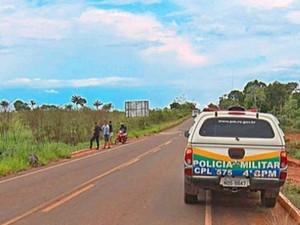 Corpo do jovem foi localizado às margens de rodovia em Cacoal, já sem vida (Foto: Vip Notícias/Reprodução)