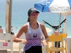 Patrícia Poeta corre no calçadão do Leblon e curte dia de calor no Rio