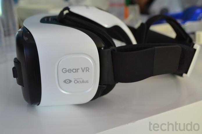 No detalhe, Gear VR, ainda sem os fones; aparelho se adapta a smartsphones Galaxy (Foto: Melissa Cruz / TechTudo)