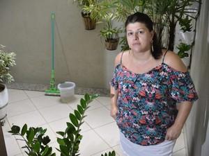 Denise percebeu que a quantidade de pó preto em sua casa diminuiu nos últimos dias. Ela já consegue ficar com as janelas abertas - Foto:  (Foto: Edson Chagas/ A Gazeta)