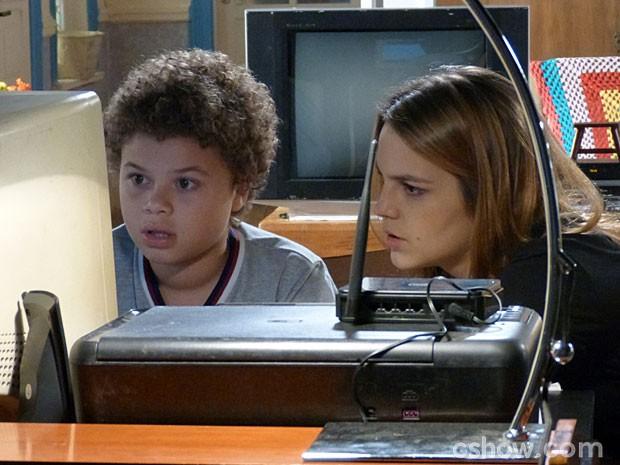 Pela cara que ele faz, a descoberta não é muito agradável (Foto: Malhação/ TV Globo)