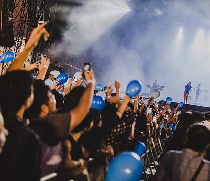 Público do Lollapalooza ergueu balões azuis para acompanhar show de Halsey (Foto: Divulgação/Lollapalooza)
