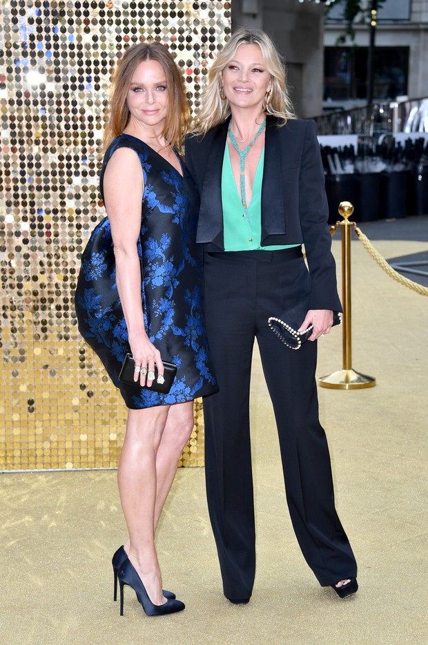Stella McCartney e Kate Moss em première de filme em Londres, na Inglaterra  (Foto: Gareth Cattermole/ Getty Images)
