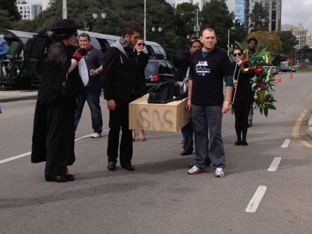 Manifestantes fizeram um funeral simbólico do Sistema de Assistência à Saúde (SAS), em Curitiba (Foto: Luiz Fernando Martins / RPC TV)