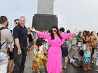Kim Kardashian e Kanye West têm dia de turista no Rio com visita ao Cristo e a quadra de escola de samba