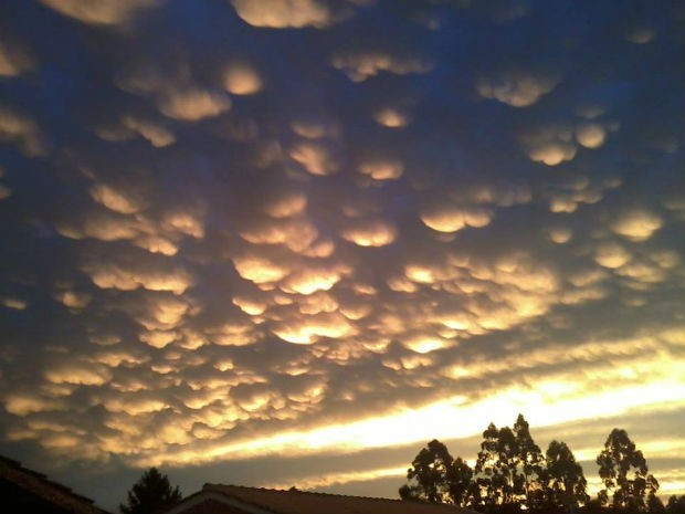 Formação de nuvens mammatus é rara e, normalmente, surge após a chuva, segundo meteorologista (Foto: Tati Lachman/VC no G1 )