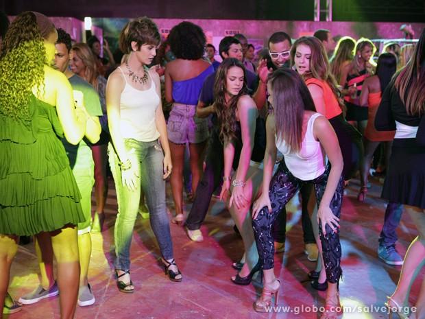Até o chão! Lurdinha tenta ensinar para Aisha como dançar o funk (Foto: Salve Jorge/TV Globo)