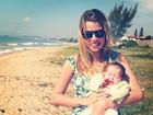 Debby Lagranha posa com a filha na praia: 'Primeira viagem'
