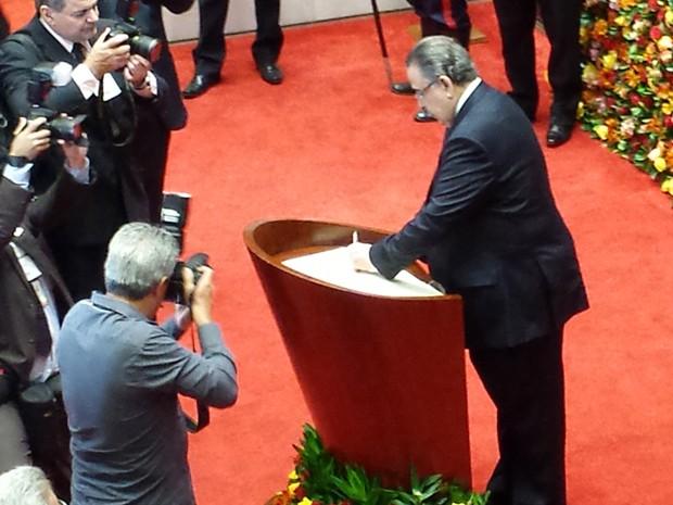 Alberto Pinto Coelho assina termo de posse do governo de Minas Gerais (Foto: Pedro Triginelli/G1)