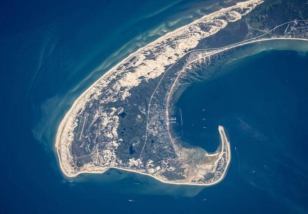 Esta foto tirada a partir da Estação Espacial Iternacional em 15 de junho mostra a ponte de Cape Cod, no estado americano de Massachusetts (Foto: NASA)