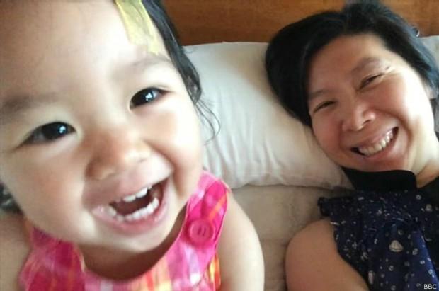 Matheryn Naovaratpong estava prestes a completar três anos quando não resistiu a tipo raro de tumor no cérebro (Foto: BBC)