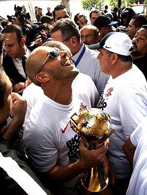 Alessandro com a taça do Mundial do Corinthians (Foto: EFE)