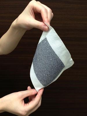 Pedaço de tecido feito com células fotovoltaicas (Foto: Sphelar Power/AFP)