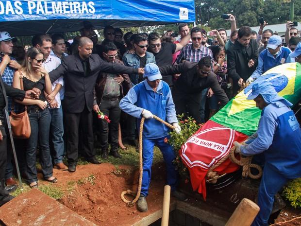 O corpo do cantor Cristiano Araújo é enterrado no cemitério Jardim das Palmeiras, em Goiânia (Foto: André Costa/Estadão Conteúdo)