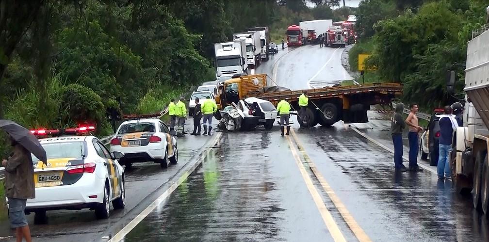 Carro que seguia de Analândia para Itirapina bateu contra caminhão (Foto: João Furlan/EPTV)