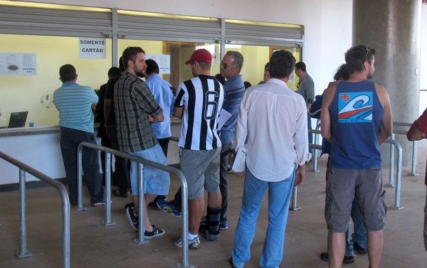 Fila Botafogo Mané Garrincha (Foto: Fred Huber)